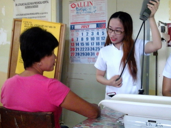 My asawa gets her blood pressure checked