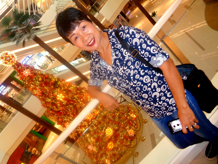 My lovely asawa and Festive Walk Mall Iloilo Christmas tree - Expat's Extended Festive Walk Mall Review
