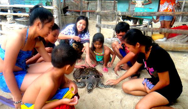 Alida pets the turtle