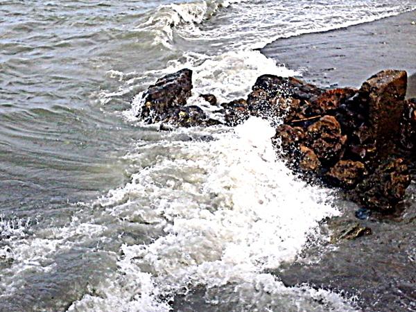 Choppy waves at Ortiz Dock in Iloilo