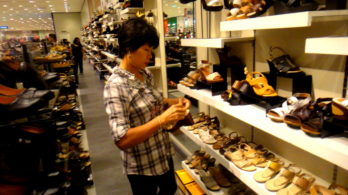 my asawa shopping for shoes at sm city in bacolod