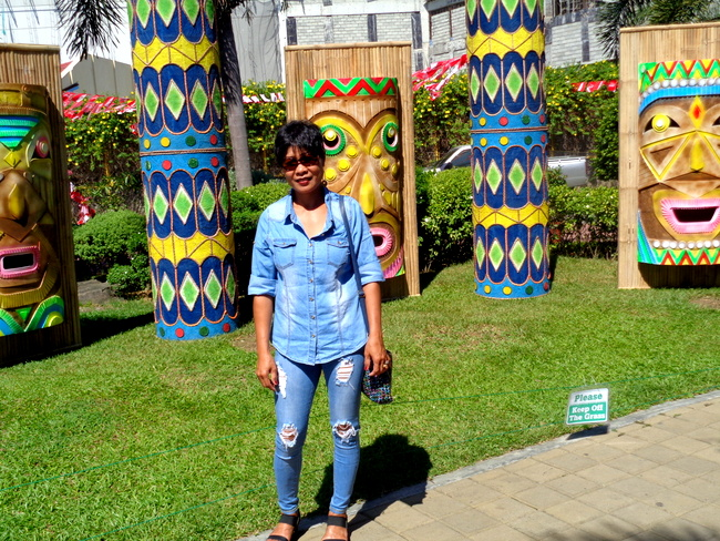 my asawa posing alongside Dinagyang Festival props